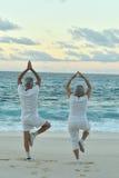 Ältere Paare, die das Yogatrainieren tun Stockbilder