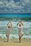 Ältere Paare, die das Yogatrainieren tun Lizenzfreie Stockfotos