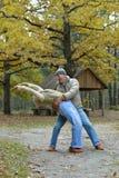Ältere Paare, die in den Park gehen Stockfotografie
