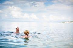 Ältere Paare, die den Ruhestand auf einem seacost genießen Lizenzfreie Stockbilder