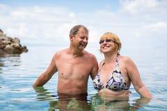 Ältere Paare, die den Ruhestand auf einem seacost genießen Stockfotografie