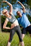 Ältere Paare, die den Sport draußen trainiert tun Stockfoto