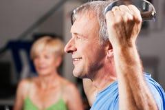 Ältere Paare, die in der Gymnastik trainieren Stockfoto