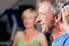 Ältere Paare, die in der Gymnastik trainieren Stockfotografie