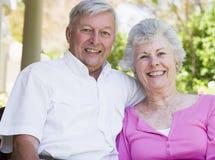 Ältere Paare, die an der Kamera lächeln Stockbild