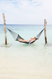 Ältere Paare, die in der Strand-Hängematte sich entspannen Lizenzfreie Stockfotos