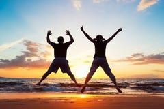 Ältere Paare, die in die Luft springen lizenzfreie stockbilder