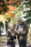 Ältere Paare, die digitale Tablette betrachten stockfoto