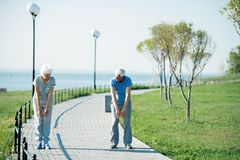Ältere Paare, die draußen aufwärmen stockfoto