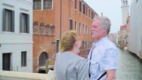 Ältere Paare, die draußen küssen stock video footage