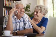 Ältere Paare, die ein Abkommen machen Lizenzfreie Stockbilder