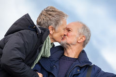 Ältere Paare, die ein Selbstporträt nehmen stockfotos