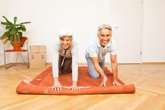 Ältere Paare, die in eine neue Wohnung sich bewegen Stockfoto