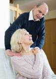 Ältere Paare, die eine Rückenmassage machen Stockfotografie