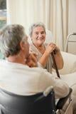 Ältere Paare, die in einem Krankenhausraum sprechen Stockfoto
