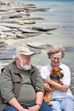Ältere Paare, die einen Dachshund anhalten Stockfoto