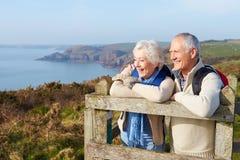 Ältere Paare, die entlang Küstenweg gehen stockbild