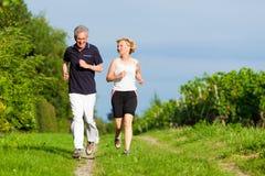 Ältere Paare, die für Sport rütteln Stockfotografie
