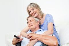 Ältere Paare, die Fernsehen Stockfotos