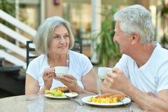 Ältere Paare, die frühstücken lizenzfreie stockfotografie