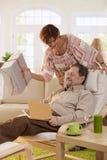 Ältere Paare, die Geburtstag feiern Lizenzfreie Stockfotos