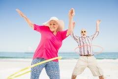 Ältere Paare, die hula Band tun Stockbild
