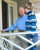 Ältere Paare, die in ihr Haus gehen Stockbild
