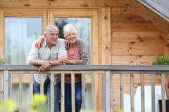 Ältere Paare, die ihre entspannenden Feiertage genießen Lizenzfreies Stockfoto
