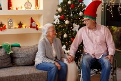 Ältere Paare, die ihre Weihnachtszeit genießen Stockbild