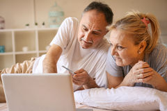 Ältere Paare, die im Bett liegen lizenzfreies stockfoto