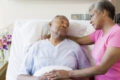 Ältere Paare, die im Krankenhaus ernst schauen Stockbild