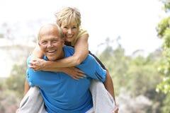 Ältere Paare, die im Park trainieren stockbilder