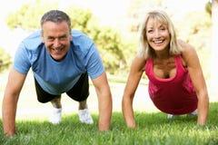Ältere Paare, die im Park trainieren Lizenzfreies Stockbild