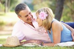 Ältere Paare, die im Sommer-Garten sich entspannen Stockfotografie