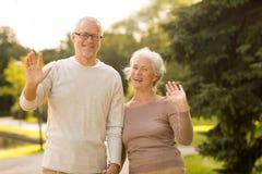 Ältere Paare, die im Stadtpark umarmen Lizenzfreie Stockfotos