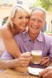 Ältere Paare, die Kaffee und Kuchen genießen Lizenzfreies Stockbild