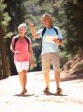 Ältere Paare, die in Land gehen Lizenzfreie Stockfotografie