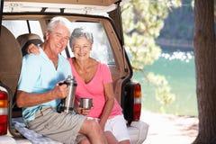 Ältere Paare, die Landpicknick haben Stockfoto