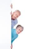 Ältere Paare, die leeres Plakat halten Stockfotografie
