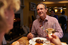 Ältere Paare, die Mahlzeit in einem Restaurant, Überschulteransicht essen Lizenzfreies Stockbild