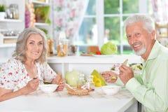 Ältere Paare, die Mahlzeit haben Stockfotos