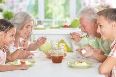 Ältere Paare, die Mahlzeit haben Stockbild