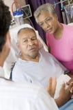 Ältere Paare, die mit Doktor sprechen lizenzfreie stockbilder
