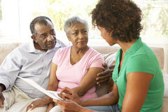 Ältere Paare, die mit Finanzberater sprechen Stockfotografie