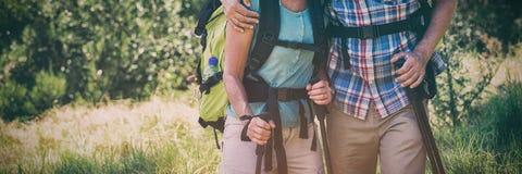 Ältere Paare, die mit ihrem Stock stehen stockfotos