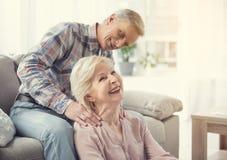 Ältere Paare, die miteinander Aufmerksamkeit zahlen lizenzfreies stockbild