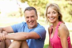Ältere Paare, die nachdem dem Trainieren im Park stillstehen Stockfotografie