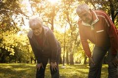 Ältere Paare, die nachdem dem Trainieren stillstehen stockfotos