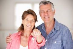 Ältere Paare, die in neues Haus sich bewegen Stockfoto