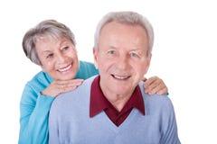 Ältere Paare, die piggyback Fahrt genießen Stockfotografie